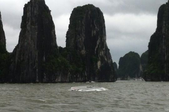 Tàu du lịch bị sóng dữ đánh chìm trên vịnh Hạ Long