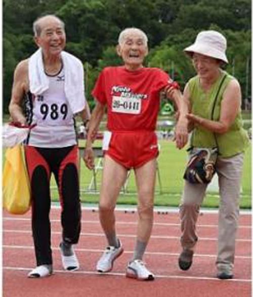 Ông Hidekichi Miyazaki cùng con gái (bên phải) và một vận động viên cao tuổi khác