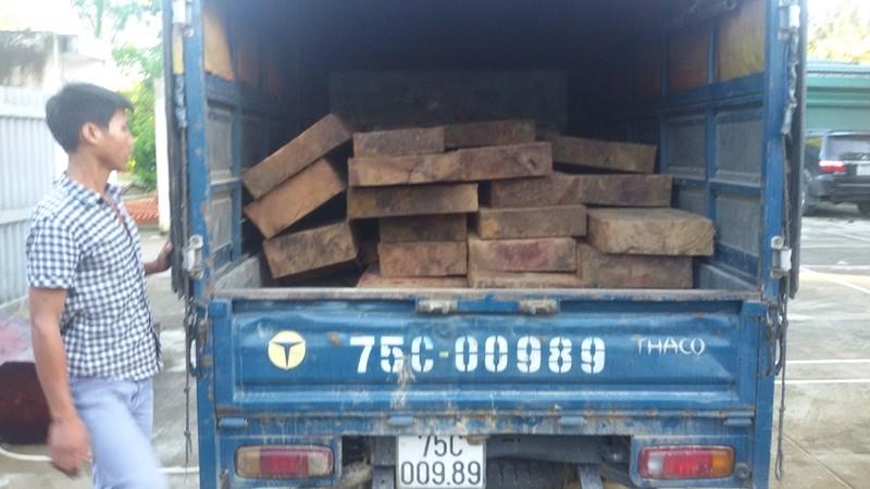 Bắt giữ một xe chở gỗ quý trái phép - ảnh 1