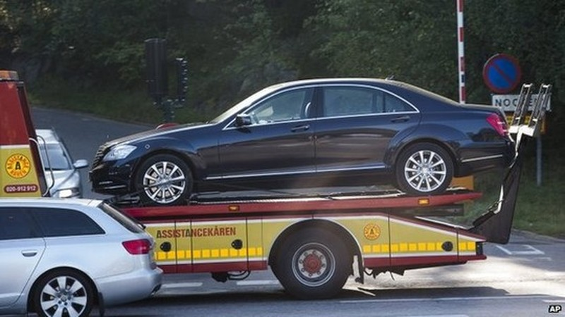 The vehicle involved in an accident involving Swedens King Carl XVI Gustaf is towed away from the scene in Stockholm, Sweden, 17 September 2014