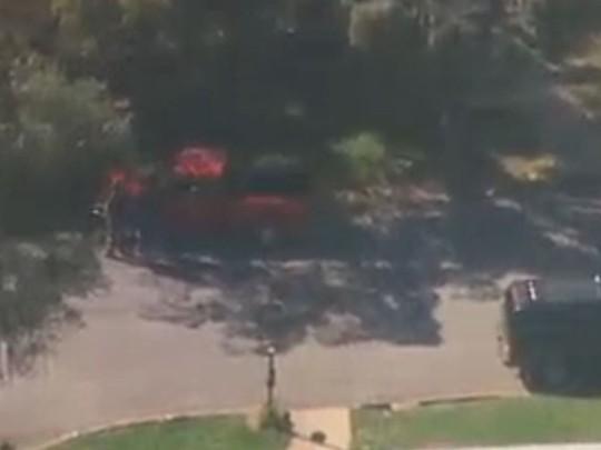 Chiếc xe tải nhỏ màu đỏ được cho là bị cướp bởi 2 nghi phạm. Ảnh: News10/KXTV