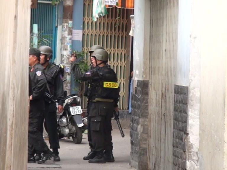 Hàng trăm cảnh sát vây bắt 11 đối tượng trong hẻm Xô Viết Nghệ Tĩnh - ảnh 1