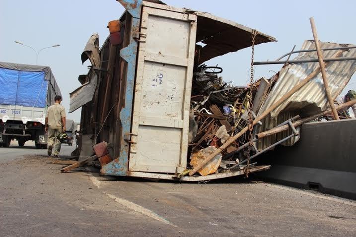 Mất thắng, xe tải chở phế liệu lật nhào trên cầu Phú Mỹ - ảnh 1