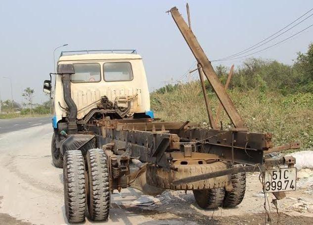 Mất thắng, xe tải chở phế liệu lật nhào trên cầu Phú Mỹ - ảnh 5