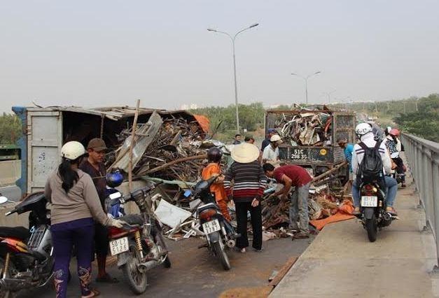 Mất thắng, xe tải chở phế liệu lật nhào trên cầu Phú Mỹ - ảnh 4