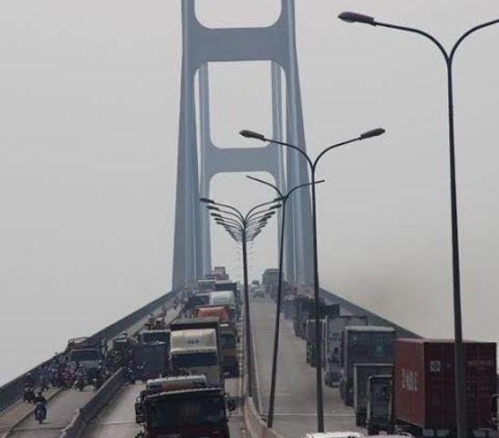Mất thắng, xe tải chở phế liệu lật nhào trên cầu Phú Mỹ - ảnh 6