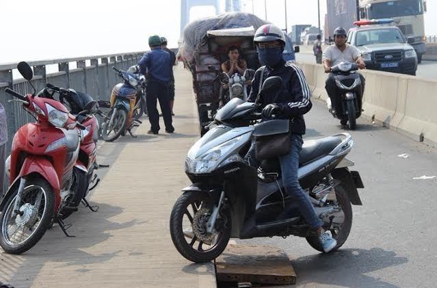 Mất thắng, xe tải chở phế liệu lật nhào trên cầu Phú Mỹ - ảnh 3