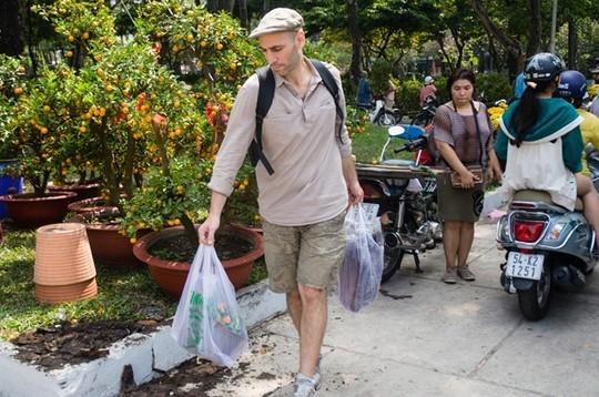 Một số vị khách nước ngoài công tác tại thành phố cũng dành thời gian để mua hoa trang trí nhà cửa, hòa cùng không khí Tết cổ truyền Việt Nam.