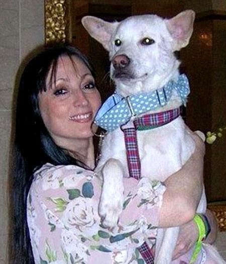 Chị Amanda ở bên cậu con trai Kyle và chú chó Miracle.