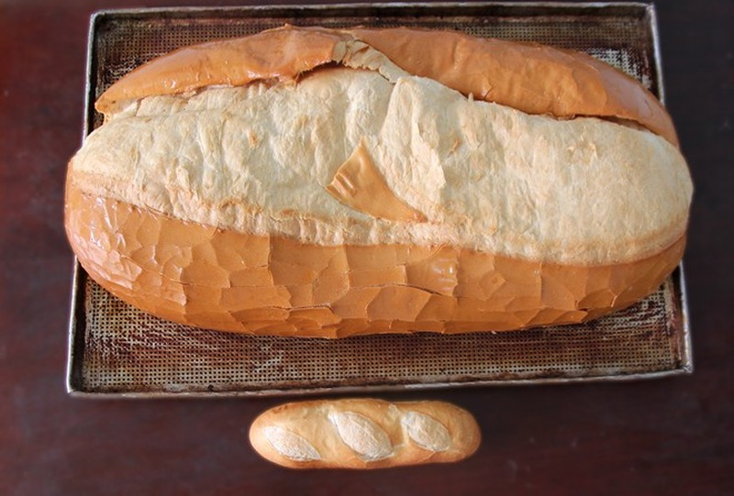 Chiêm ngưỡng ổ bánh mì nặng gần 2 kg giá 70.000 đồng ở Sài Gòn - ảnh 1