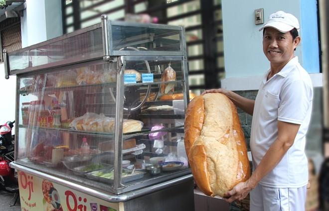 Chiêm ngưỡng ổ bánh mì nặng gần 2 kg giá 70.000 đồng ở Sài Gòn - ảnh 2