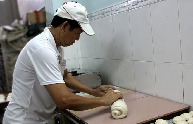 Chiêm ngưỡng ổ bánh mì nặng gần 2 kg giá 70.000 đồng ở Sài Gòn - ảnh 5