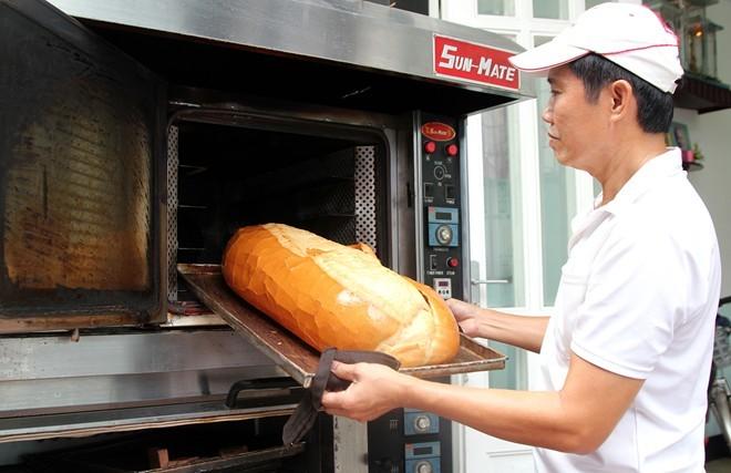 Chiêm ngưỡng ổ bánh mì nặng gần 2 kg giá 70.000 đồng ở Sài Gòn - ảnh 7