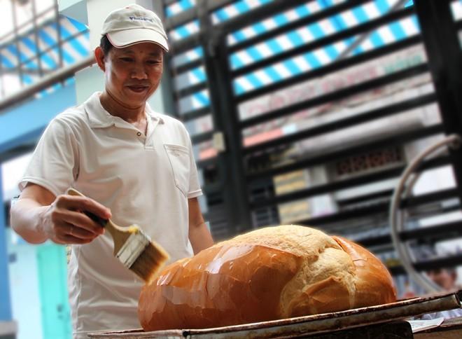 Chiêm ngưỡng ổ bánh mì nặng gần 2 kg giá 70.000 đồng ở Sài Gòn - ảnh 8
