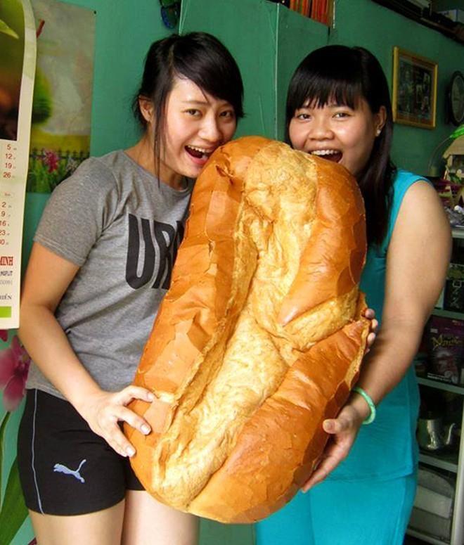 Chiêm ngưỡng ổ bánh mì nặng gần 2 kg giá 70.000 đồng ở Sài Gòn - ảnh 11