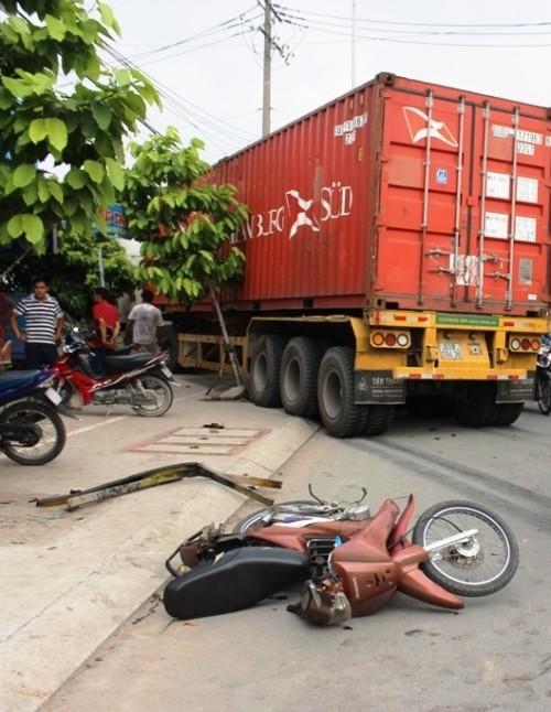 Hoảng loạn vì container lại lao thẳng vào nhà dân - ảnh 2