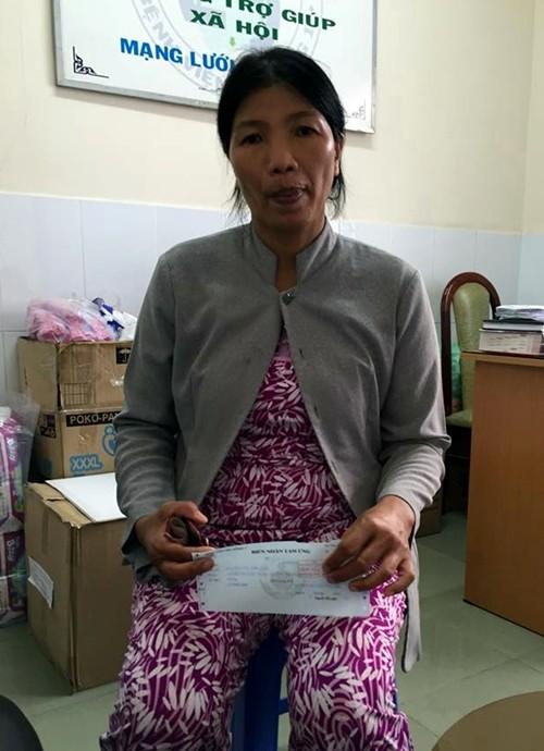 Nhiều nhà hảo tâm giúp đỡ bé gái bán vé số bị mẹ đốt - ảnh 2