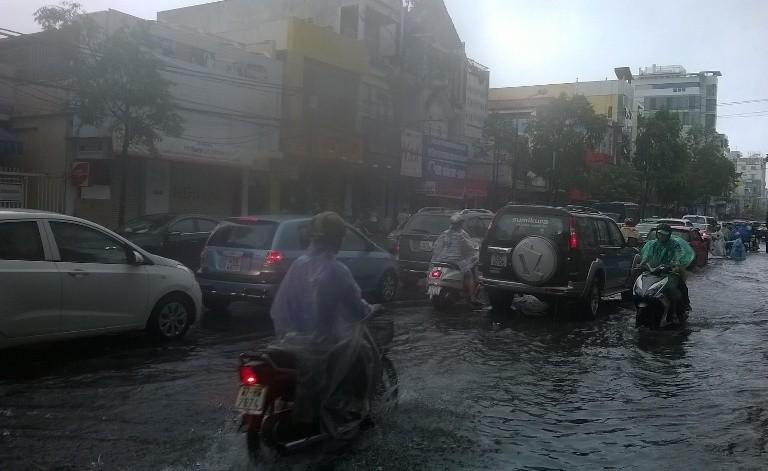 Đà Nẵng: Mưa lớn, nhiều tuyến đường 'biến thành sông' - ảnh 4