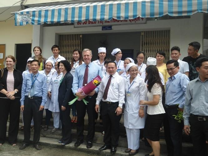 Đại sứ Hoa Kỳ thăm bệnh nhân HIV/AIDS TP.HCM - ảnh 2