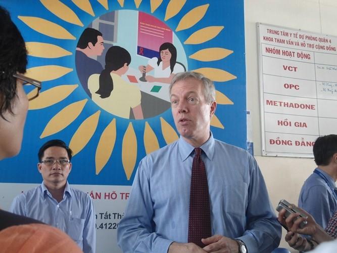 Đại sứ Hoa Kỳ thăm bệnh nhân HIV/AIDS TP.HCM - ảnh 1