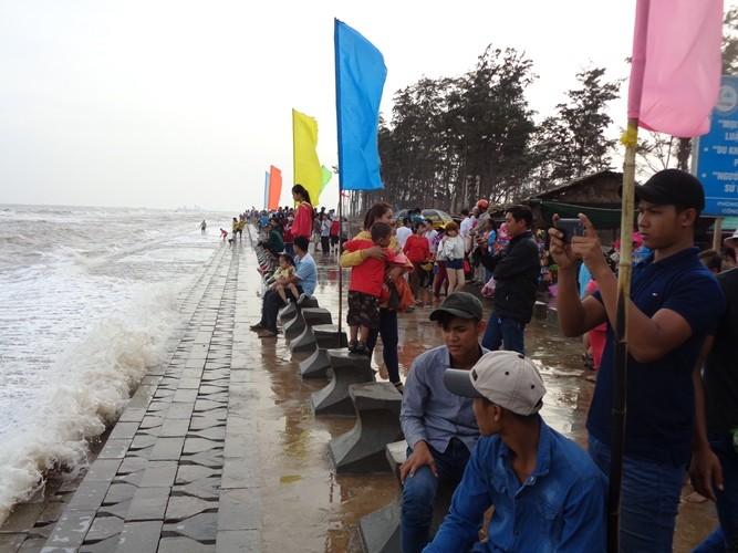 Tắm biển Ba Động, hai thanh thiếu niên bị sóng cuốn mất tích - ảnh 2