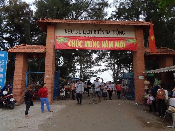 Tắm biển Ba Động, hai thanh thiếu niên bị sóng cuốn mất tích - ảnh 1