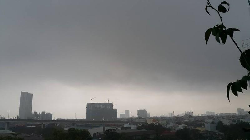 Mây đen kịt ngay từ 6h30 sáng. Ảnh ĐL