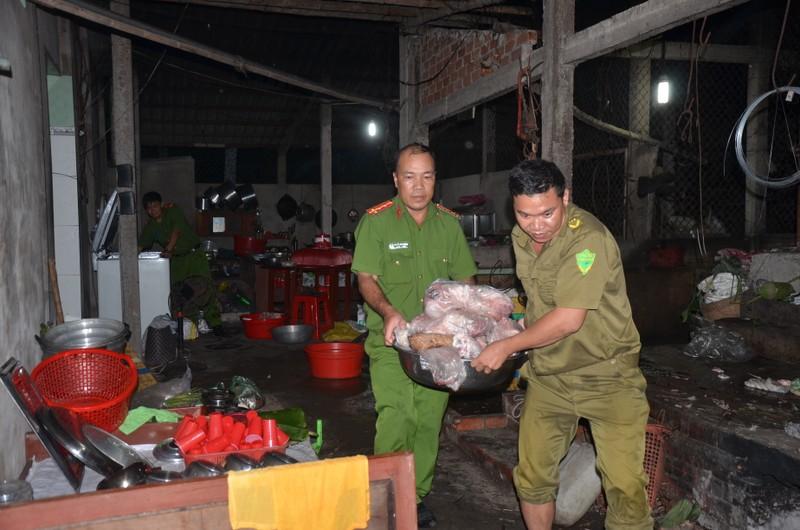 Lực lượng chức năng bắt quả tang cơ sở giết mổ heo chết của ông Tra.