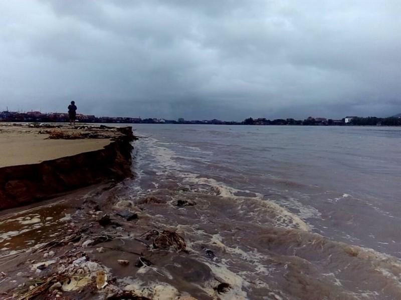 Quảng Bình: Gần 40 tàu cá đứt neo mắc kẹt tại cửa biển  - ảnh 1