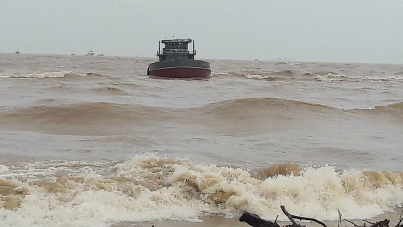Bàn phương án cứu hộ tàu 1.000 tấn mắc cạn do lũ - ảnh 3