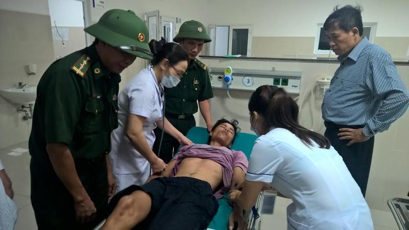 Các thuyền viên đang được lực lượng y tế chăm sóc
