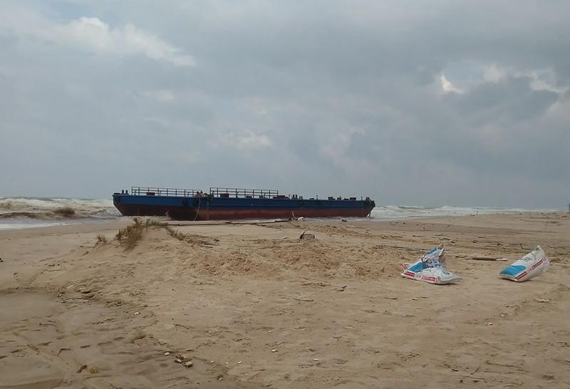 Chiếc xà lan trôi vào gần bờ