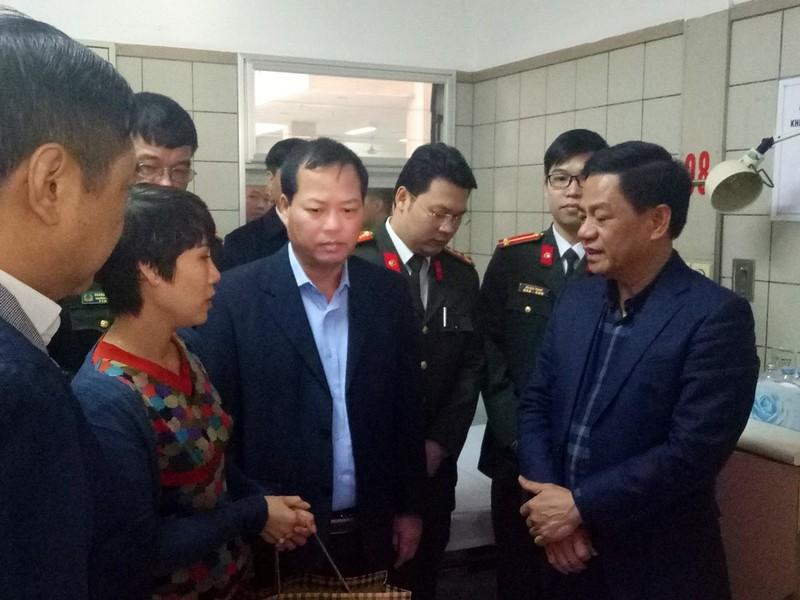 Thiếu tướng Đoàn Duy Khương cùng đại diện chỉ huy các phòng chức năng CATP thăm, động viên gia đình Thiếu tá Nguyễn Hoài Sơn