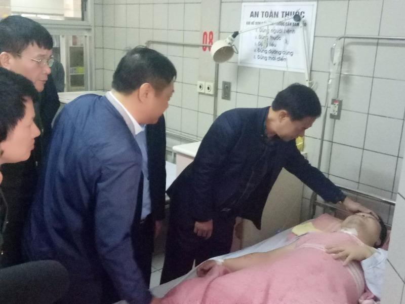 Thiếu tướng Đoàn Duy Khương đến tận giường bệnh thăm, động viên Thiếu tá Nguyễn Hoài Sơn