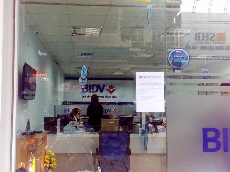 Chi nhánh ngân hàng BIDV ở đường Mai Thúc Loan hoạt động bình thường. Ảnh: Nguyễn Do