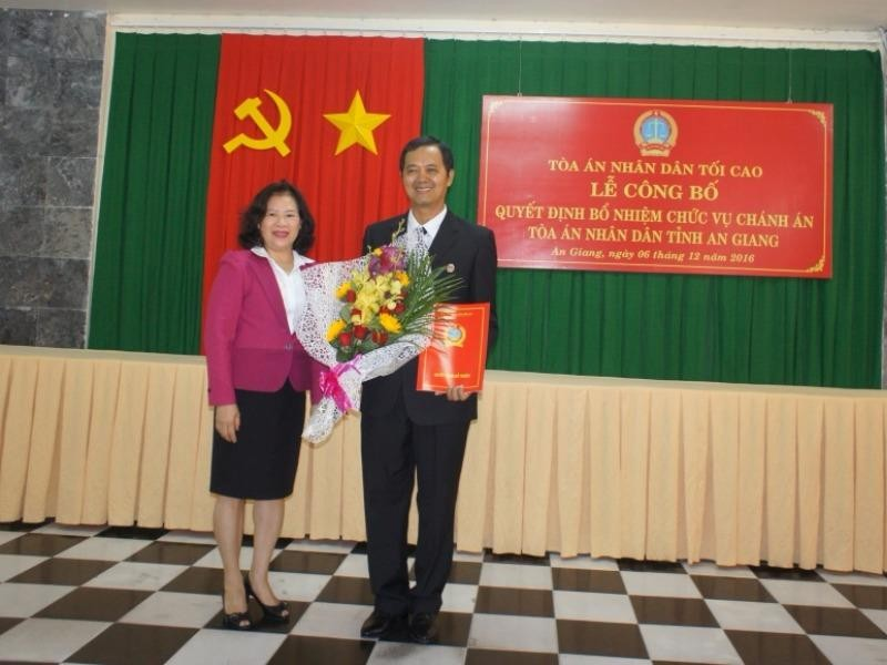 Phó Chánh án TAND tối cao Nguyễn Thúy Hiền trao Quyết định bổ nhiệm Chánh án TAND tỉnh An Giang cho ông La Hồng