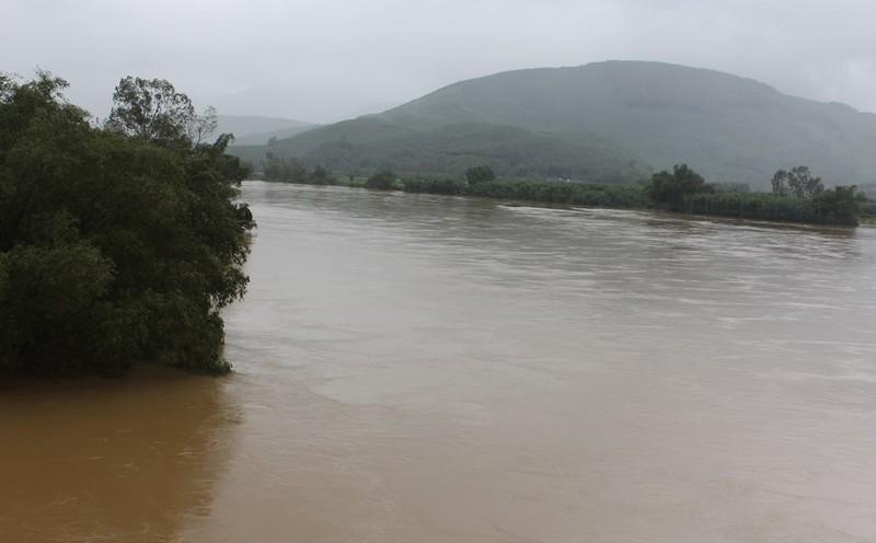 Nước lũ vẫn dâng cao nơi thượng nguồn sông Vệ ( Ảnh chụp lúc 16 giờ chiều nay tại khu vực xã Hành Thiện, huyện Nghĩa Hành)