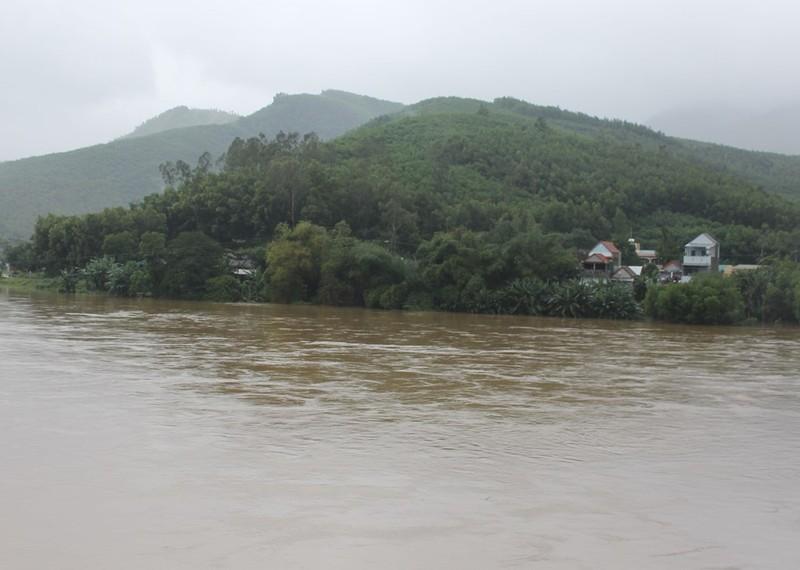 Nhiều khu dân cư xã Hành Thiện lúc 16 giờ chiều nay vẫn bị cô lập do lũ trên sông Vệ còn dâng cao