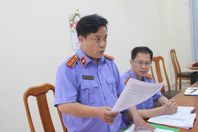 Kiểm sát viên Đỗ Trọng Kiên đọc công bố đình chỉ vụ án đình chỉ bị can