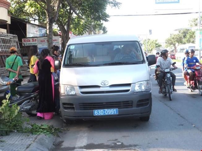 Một đồng chí công an đã trực tiếp lái xe chở gia đình chú rể đi đón dâu.