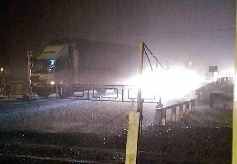 Sạt lở đất, đường sắt và quốc lộ 1 qua Phú Yên tê liệt - ảnh 1