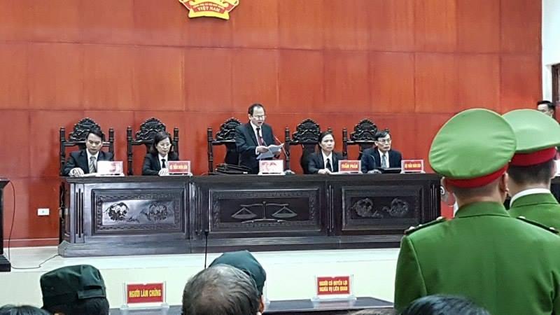 Thẩm phán Phạm Ngọc Bình đang đọc bản nhận định