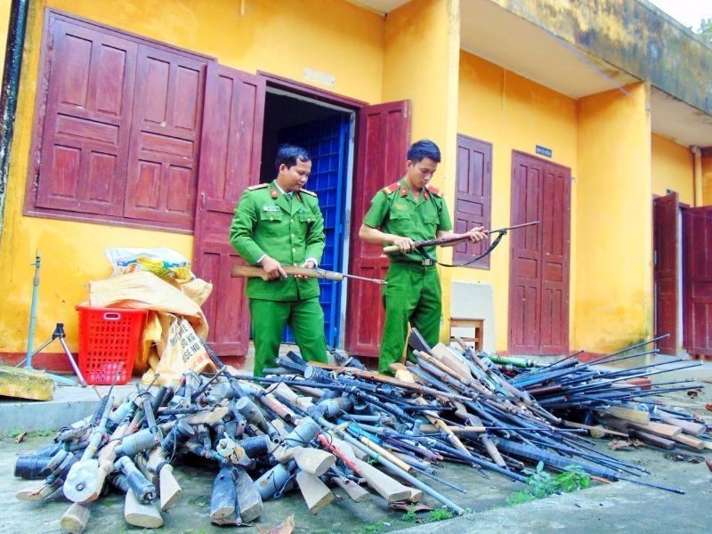 Trong thời gian ngắn, người dân đã giao nộp gần 200 khẩu súng các loại. Ảnh CACC