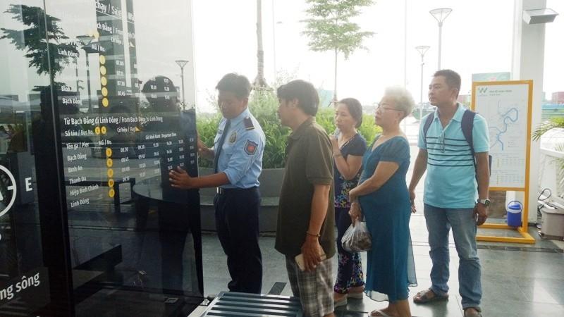 Người dân xếp hàng để được mua vé buýt đường sông - ảnh 1