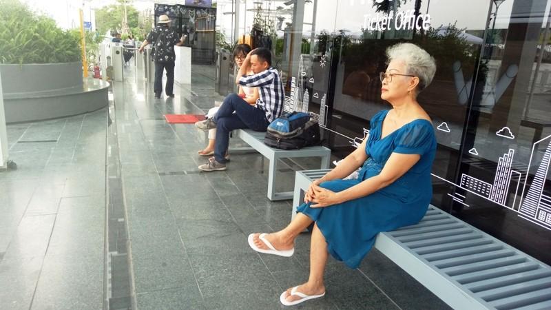 Người dân xếp hàng để được mua vé buýt đường sông - ảnh 3