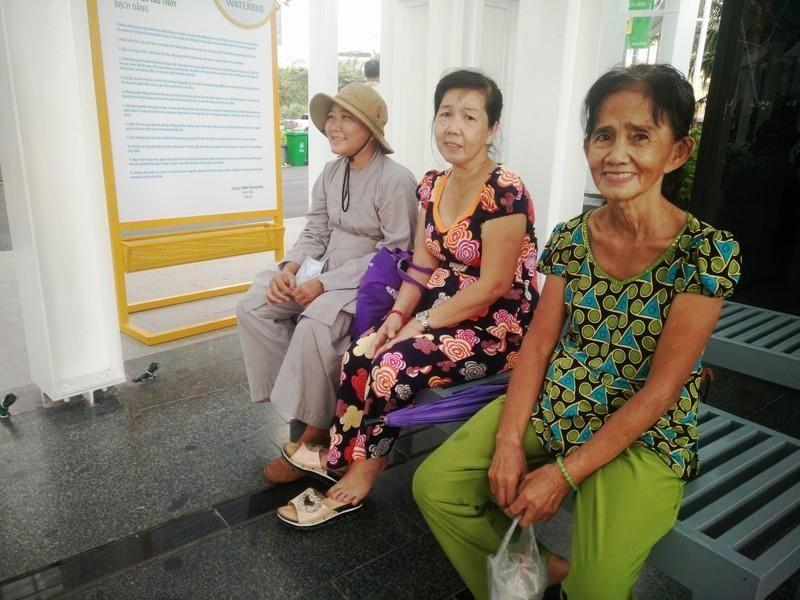 Người dân xếp hàng để được mua vé buýt đường sông - ảnh 6