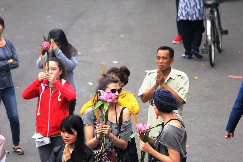 Dân nô nức đi chùa vào Tết Nguyên Tiêu - ảnh 9