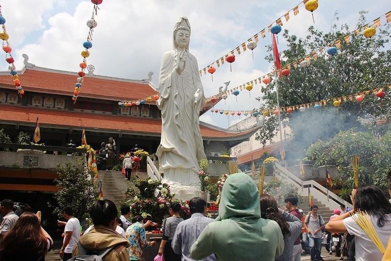 Dân nô nức đi chùa vào Tết Nguyên Tiêu - ảnh 10