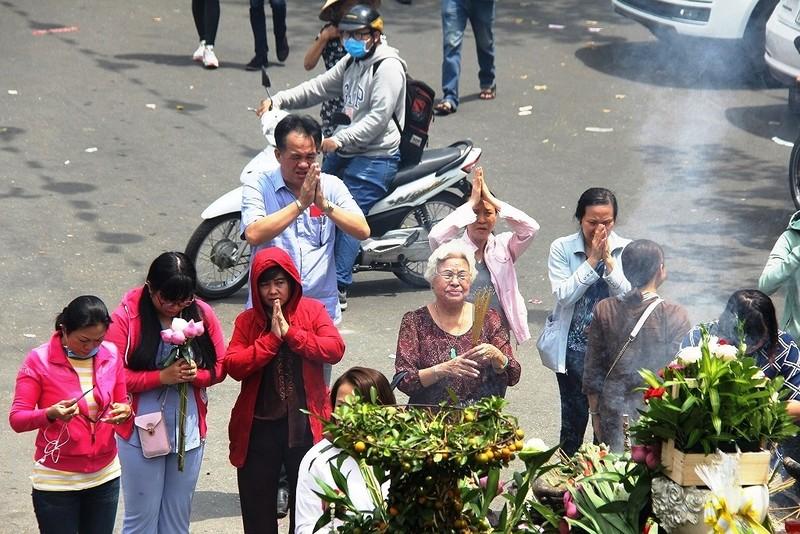 Dân nô nức đi chùa vào Tết Nguyên Tiêu - ảnh 11