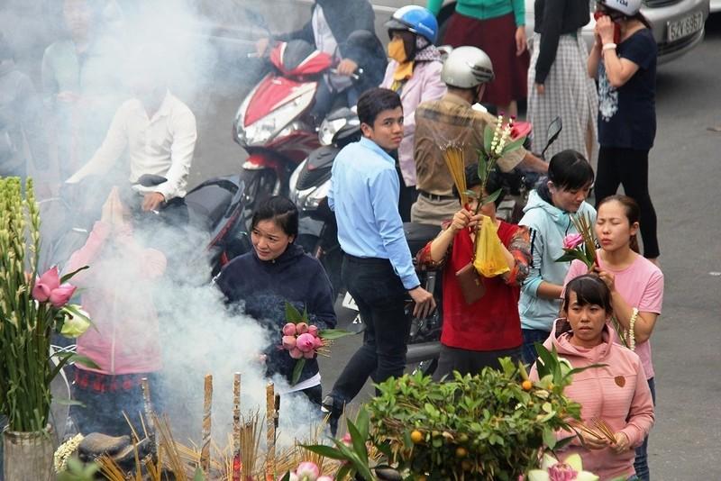 Dân nô nức đi chùa vào Tết Nguyên Tiêu - ảnh 12